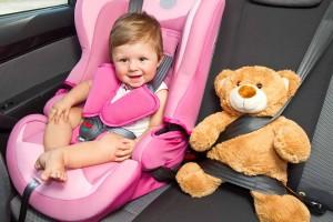 bambina con cinture di sicurezza